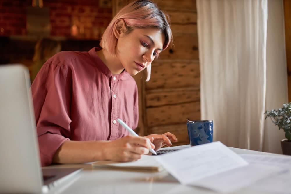 Mulher estudando na mesa