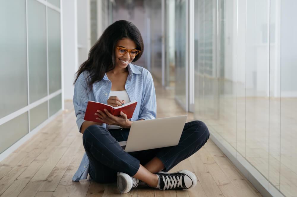 Mulher estudando no chão