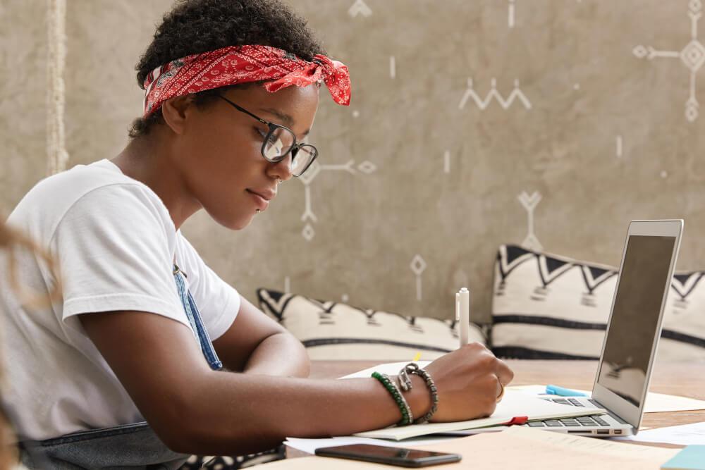 Mulher estudando no computador